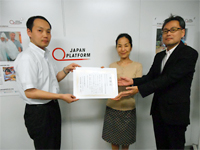 Received a letter of appreciation from NGO Japan Platform. From the left: Mr. Hirano (Assistant Director, Public Relations Division, Japan Platform), Ms. Morizane (Department Manager, CSR Promotion and Social Contributions Office of NEC), Mr. Kurihara (Vice Chairman, NEC Group Federation of Workers' Unions)