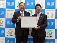 Signing Ceremony for the Reconstruction Cooperation Agreement on November 1 (Right: Town Mayor of Minamisanriku, Left: Manager of NEC Tohoku Branch)