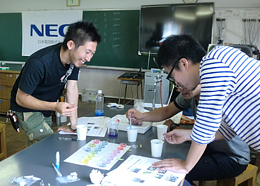 NEC Teachers Science Laboratory, a science experiment class, is held for elementary school teachers.